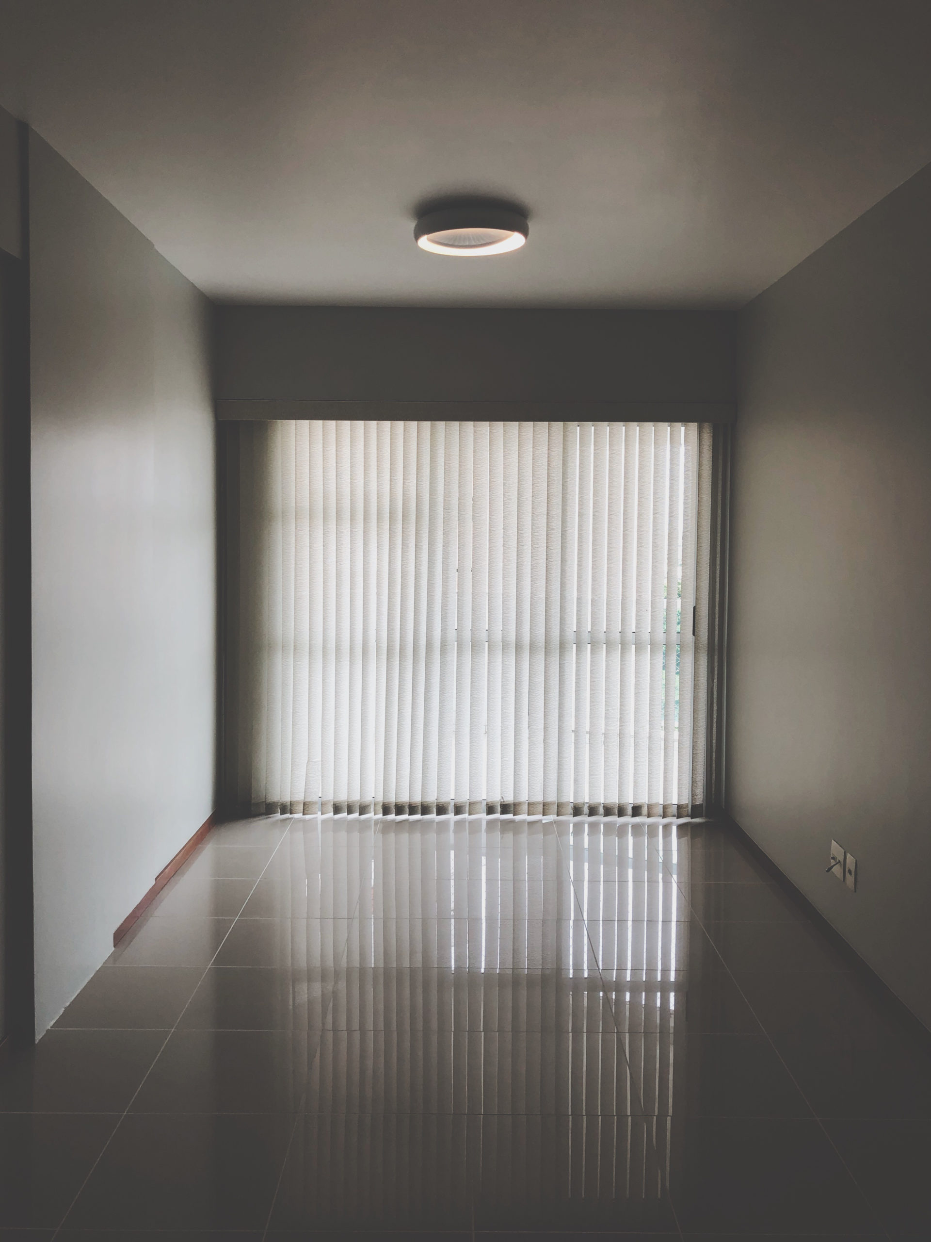 https://jsmelevice.cz/wp-content/uploads/2020/03/Canva-Empty-Room-With-Closed-Window-Curtains-scaled.jpg